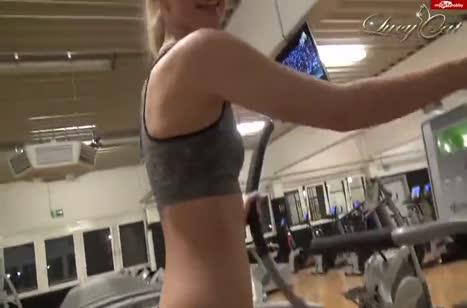 Подтянутую Lucy Cat трахнули в анал в спортзале