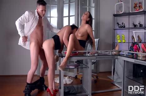 Mea Melone и Wendy Moon охмурили мужика на групповое порно