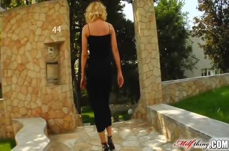 Блондинку в роскошном платье поимели в три ствола