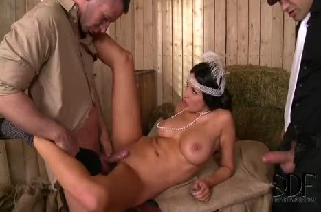 Шлюшковатая Anissa Kate соблазняет двух конюхов