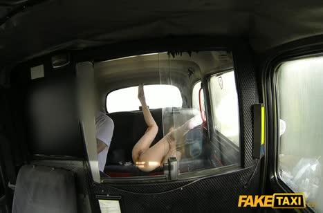 Грудастая деваха расплачивается с таксистом жопой