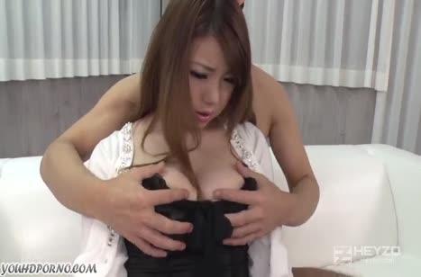 Жопастую азиаточку паренек жестко прет перед камерой