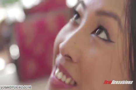 Молодая азиаточка красиво кувыркается с бойфрендом