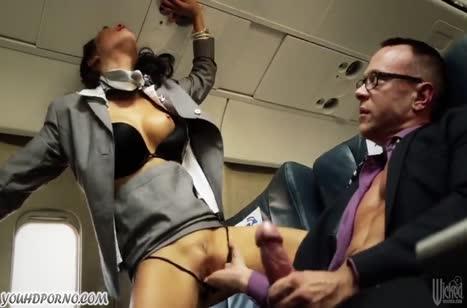 Красивые стюардессы круто трахаются в самолете