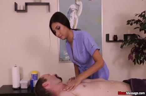 Латинка массажистка Jade Jantzen играет с членом пациента