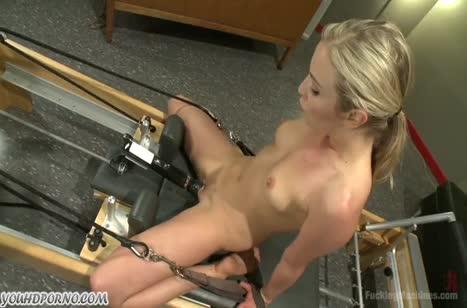 Блондинка испытывает оргазм от БДСМ извращений