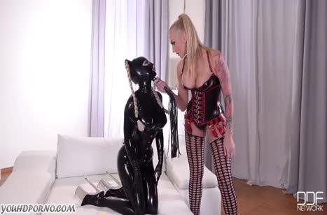 Две лесбиянки в латексе играют в госпожу и рабыню
