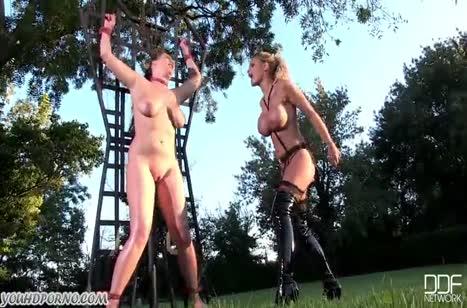 Две лесбиянки устраивают извращения на улице