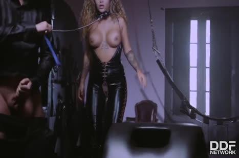 Venus Afrodita оделась в латекс и устроила с мужиком оргию