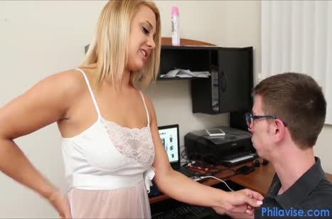 Настойчивая Maria Jade раскрутила на секс дрочера