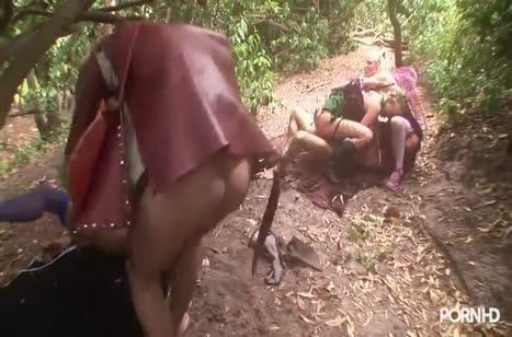Горячие лесные амазонки нашли себе крепкого трахаря