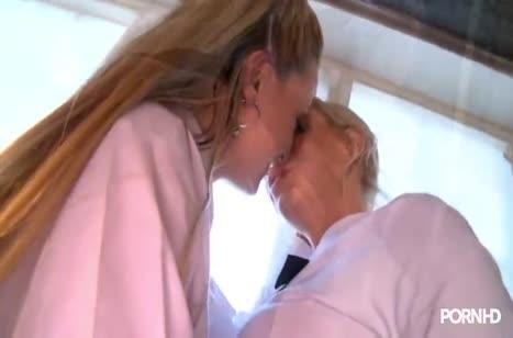 Две студентки блондинки устроили классное лесбо порно