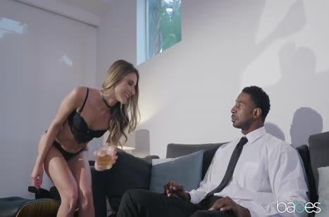 Блондинка в сексуальном белье разделась перед негром