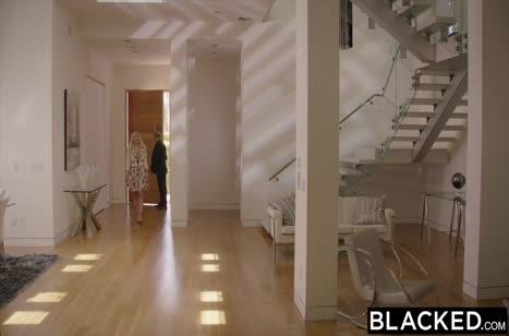 Черный самец приласкал Kylie Page с большими сиськами