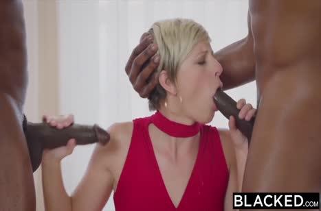 Пошлая блондинка легко обслужила двух черных самцов
