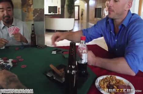 Пока мужики играют в карты сисястая жена кувыркается с другом