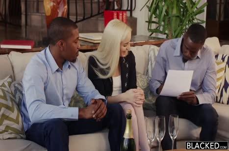 Миловидная блондинка Naomi Woods решилась на порно с черным