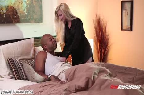 Сочная блондинка отдалась черному перед сном