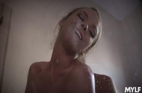 Грудастая жена испытывает большой член мужа в ванной