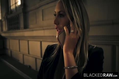 Сисястая блондинка классно стонет от члена негра