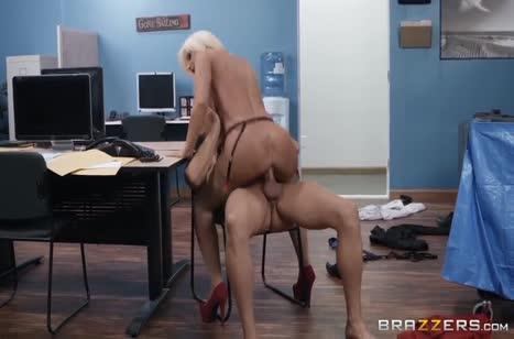 Зрелая мамочка замутила разврат в офисе