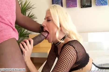 Jessie Volt одела секс наряд и начала трахаться с негром