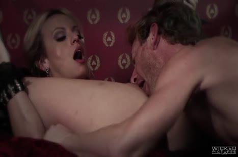 Stormy Daniels в эротичном наряде извивается от супер секса