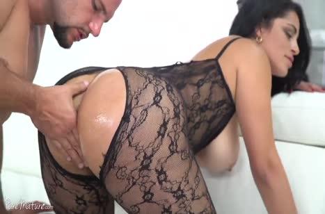 Cristal Caraballo в секс наряде красиво извивается на писюне
