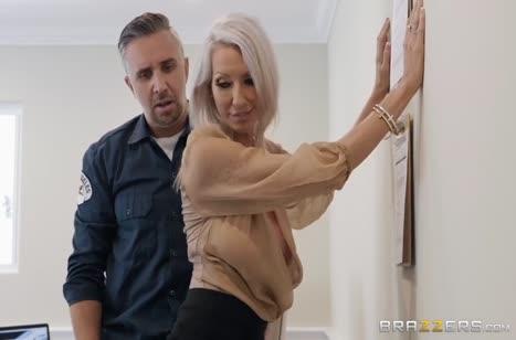Милая блондинка Emma Starr напросилась на трах в офисе