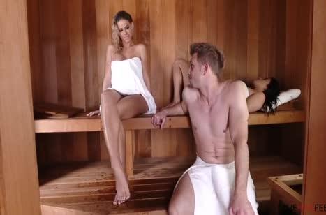 Чел кувыркается с девкой в сауне пока подруга парится
