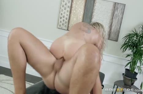 Массажист побаловал блондинку страстным сексом