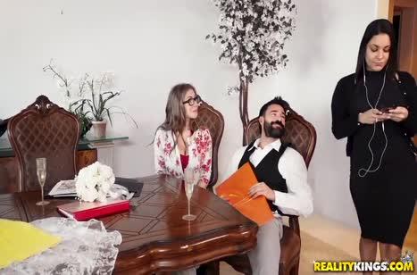 Lena Paul сумела завести бородатого чувака на оргию