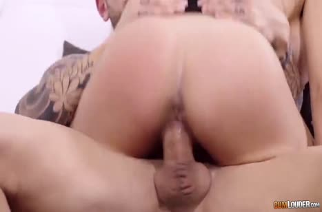 Зрелая брюнетка устроила с коллегой порно прямо в офисе