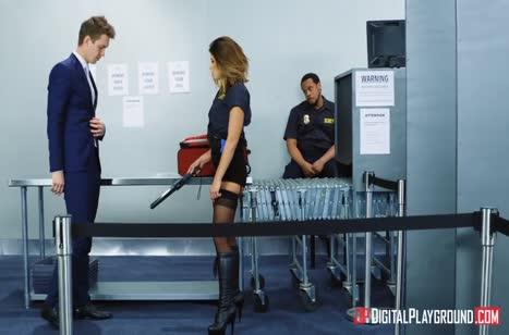 Adriana Chechik в роли охранницы напрашивается на жесткое порно