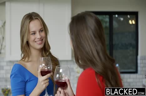 Девочки нарядились в красивое белье и соблазнили черного