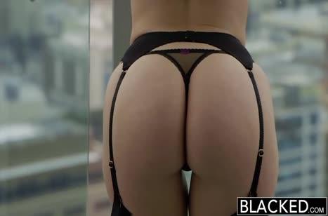 Сексуальная брюнетка в чулках устроила классный трах с негром
