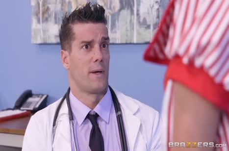 Красивая Tia Cyrus сама начала раздеваться перед доктором
