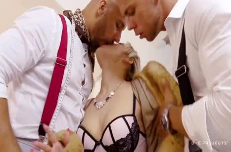 Богатенькая Ria Sun обожает групповое порно