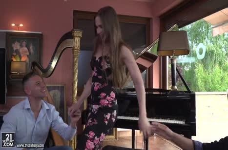 Пианистка Nicole Pearl жадно набросилась на два члена