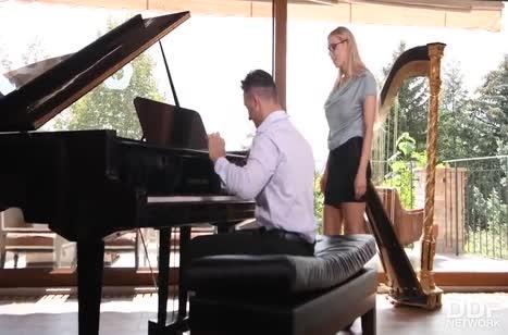 Пианист жестко трахает Florane Russell членом и фаллосом