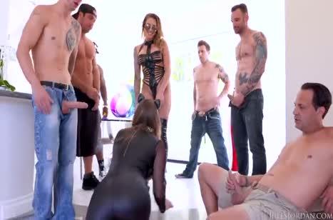 Девки одели секс наряды и удовлетворили парней