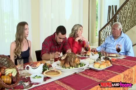 После ужина девочки отдались мускулистому мужику