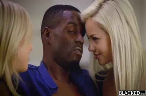 Молодые блондинки красиво зажигают с двумя неграми