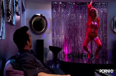 Дамочки с большими дойками занялись сексом в клубе