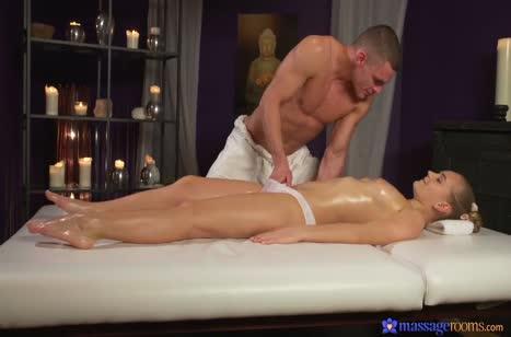 Крепкий массажист соблазняет на трах пациентку