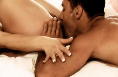 Муженек нежно прихает член в киску красотки жены