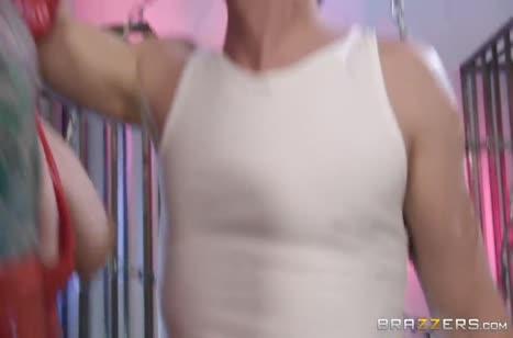 Monique Alexander в секс костюме дает двоим