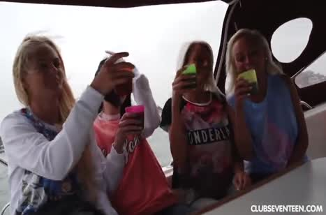 Веселые лесбиянки устроили групповуху на катере