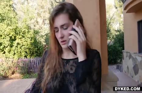 Встретила гостью голой и завела ее на лесбо порно