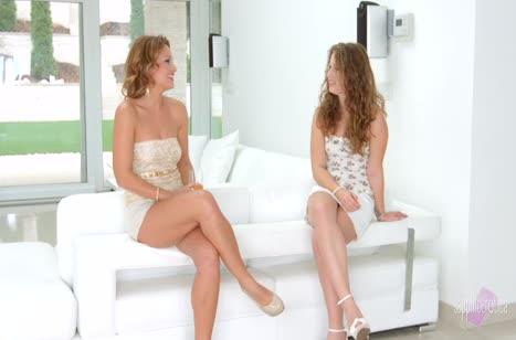 Две стройные девочки позабавились с секс игрушками